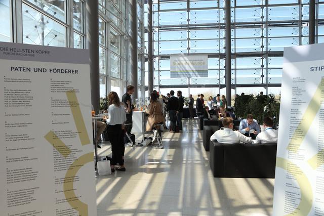 Die Studentenlounge finden Sie auf Ebene PLUS 1 des Congress Center Leipzig (CCL) schräg gegenüber des Saales Röntgen.