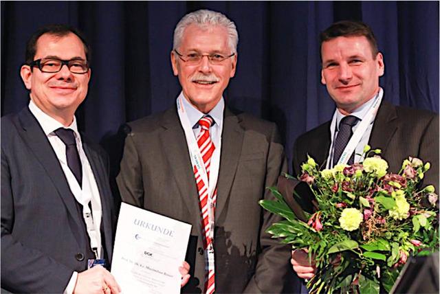 Prof. Dr. med. Matthias Gutberlet (links) und Prof. Dr. med. Holger Thiele (rechts) überreichen Prof. Dr. med. Dr. h.c. Maximilian Reiser (Mitte) stellvertretend für die Präsidenten der DRG und DGK die Urkunde  für seine Verdienste um die nicht-invasive kardiovaskuläre Bildgebung.