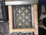 Hier wird eine Form gebaut, um per Abguss fehlende Teile im Ziergitter zu ergänzen.