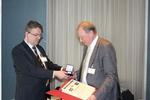 Feierliche Übergabe der Ehrenmedaille an Prof. Dr. Karlheinz Hauenstein (rechts) durch Kongresspräsident PD Dr. Roger Eibel.