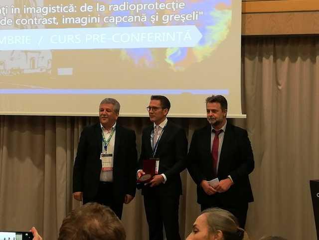 Prof. Dr. Sönke Langner (Mitte) wurde von Prof. Dr. Florin Birsasteanu (links), dem Präsidenten der Röntgengesellschaft, und Prof. Dr. Radu Baz (rechts), dem Kongresspräsidenten des Rumänischen Röntgenkongresses, mit der Ehrenmitgliedschaft ausgezeichnet.