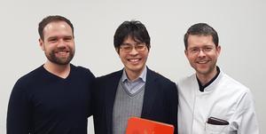 """Abbildung 2: Dr. Florian Michallek, Professor Kakuya Kitagawa und Professor Marc Dewey (v.l.n.r.) arbeiten gemeinsam am DFG-Projekt zur """"Fraktalanalyse"""" des Herzens."""