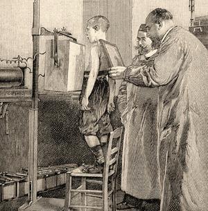 Wilhelm Conrad Röntgen untersucht ein Kind (ca. 1900).