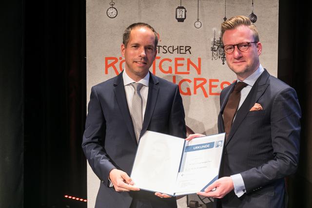 DRG-Präsident Prof. Dr. Gerald Antoch (li) verleiht Dr. Dr. Michel Eisenblätter den Wilhelm-Conrad-Röntgen-Preis 2019. Die Verleihung fand auf dem 100. Deutschen Röntgenkongress in Leipzig statt.