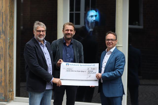 Große Freude über die großzügige Spende für das Röntgen-Geburtshaus: (v.l.n.r.) Dr. Uwe Busch (Deutsches Röntgen-Museum), Dr. Hans-Georg Stavginski (DRG) und Jörg Holstein (VISUS Health IT GmbH)