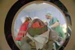 Notfall: Ein Schwerverletzter wird in einen CT-Scanner geschoben.