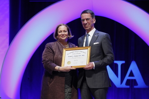 RSNA-Präsidentin Valerie Jackson verlieh Prof. Dr. Bernd Hamm die RSNA-Ehrenmitgliedschaft.