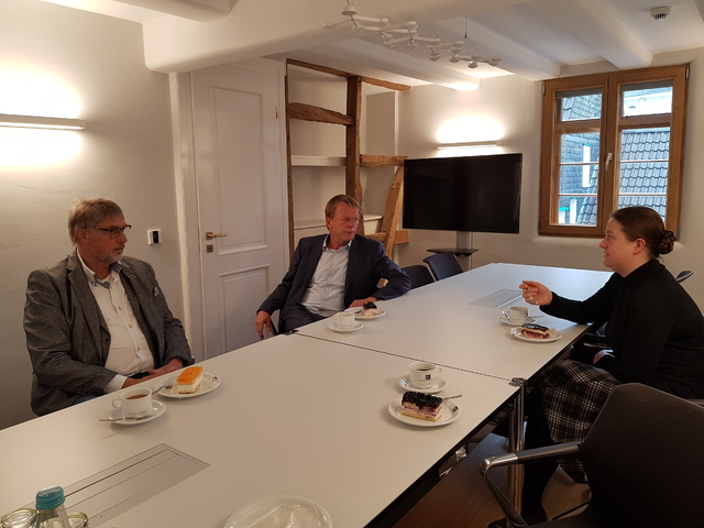 Oberbürgermeister Burkhard Mast-Weisz unterhält sich mit Dr. Uwe Busch (Direktor des Deutschen Röntgen-Museums) und Claudia Donth (Mitarbeiterin Röntgen-Geburtshaus) über das frisch sanierte Geburtshaus und weitere Projektideen.
