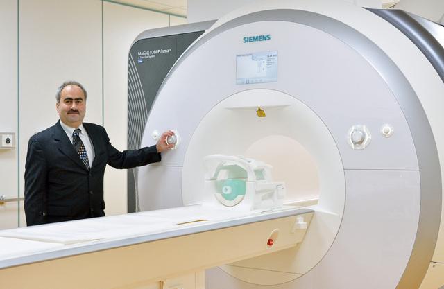 Prof. Jürgen Reichenbach, Leiter der AG Medizinische Physik, IDIR, vor dem 3-Tesla-Forschungs-MRT.