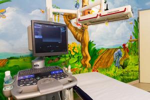 Kinderradiologische Institute sind sehr modern und kinderfreundlich ausgestattet, damit den kleinen Patienten sofort die Angst vor Untersuchungen genommen wird. Das ist besonders bei traumatisierten Kindern und Jugendlichen wichtig.