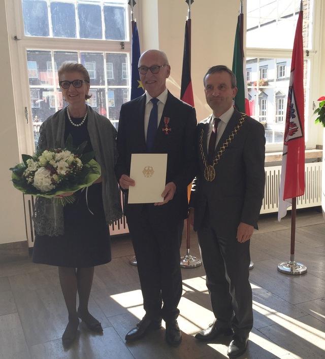 Prof. Dr. Ulrich Mödder mit seiner Ehefrau und dem Oberbürgermeister der Stadt Düsseldorf, Thomas Geisel.